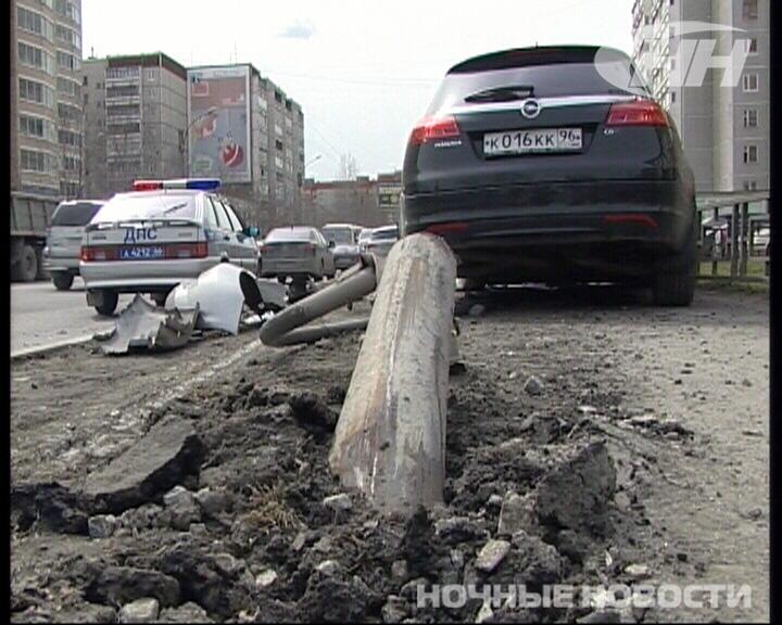 На Репина Opel столкнулся с Honda и снес светофор