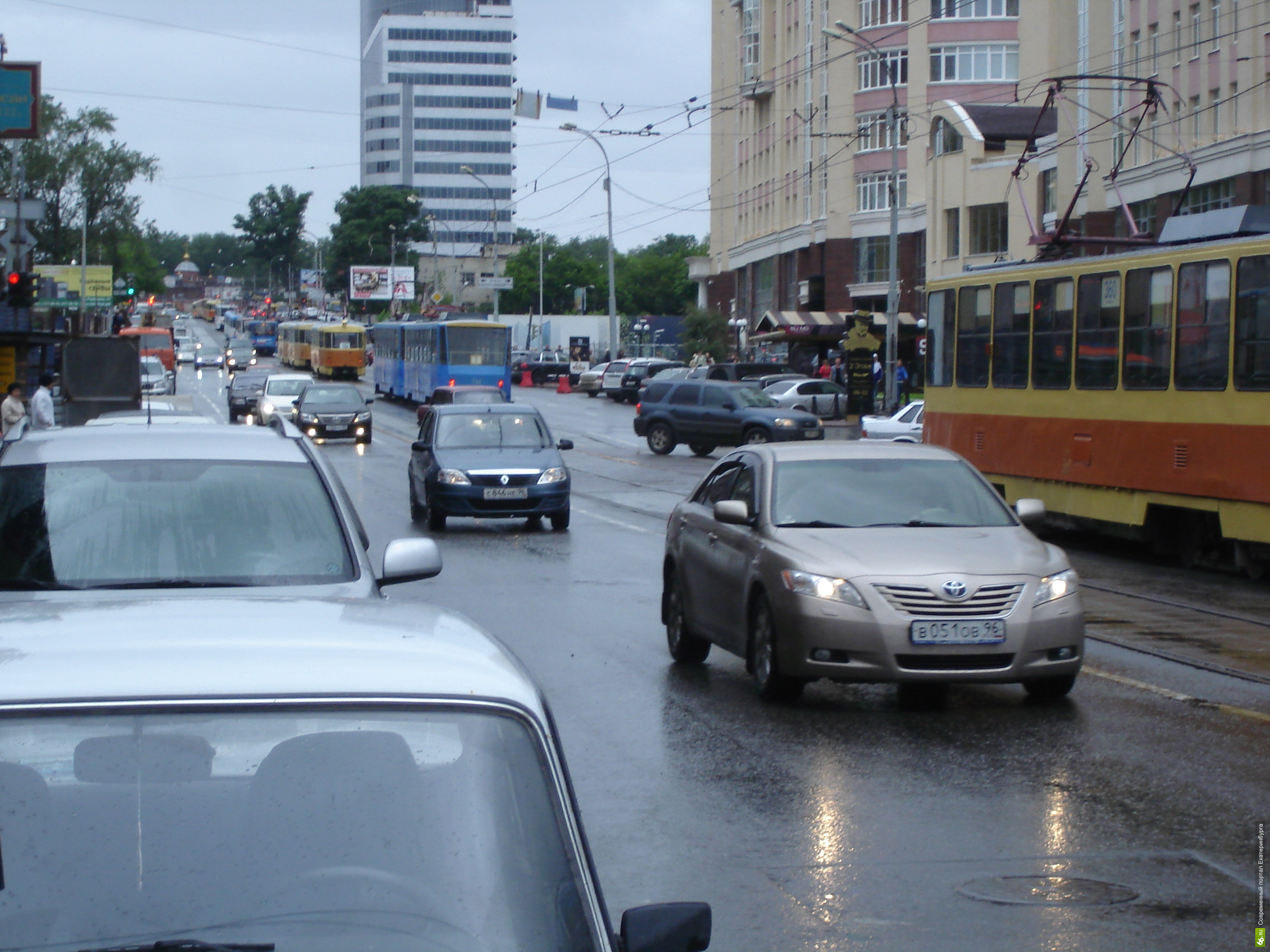 Трамвайно-троллейбусное управление обвинило автовладельцев в убытках