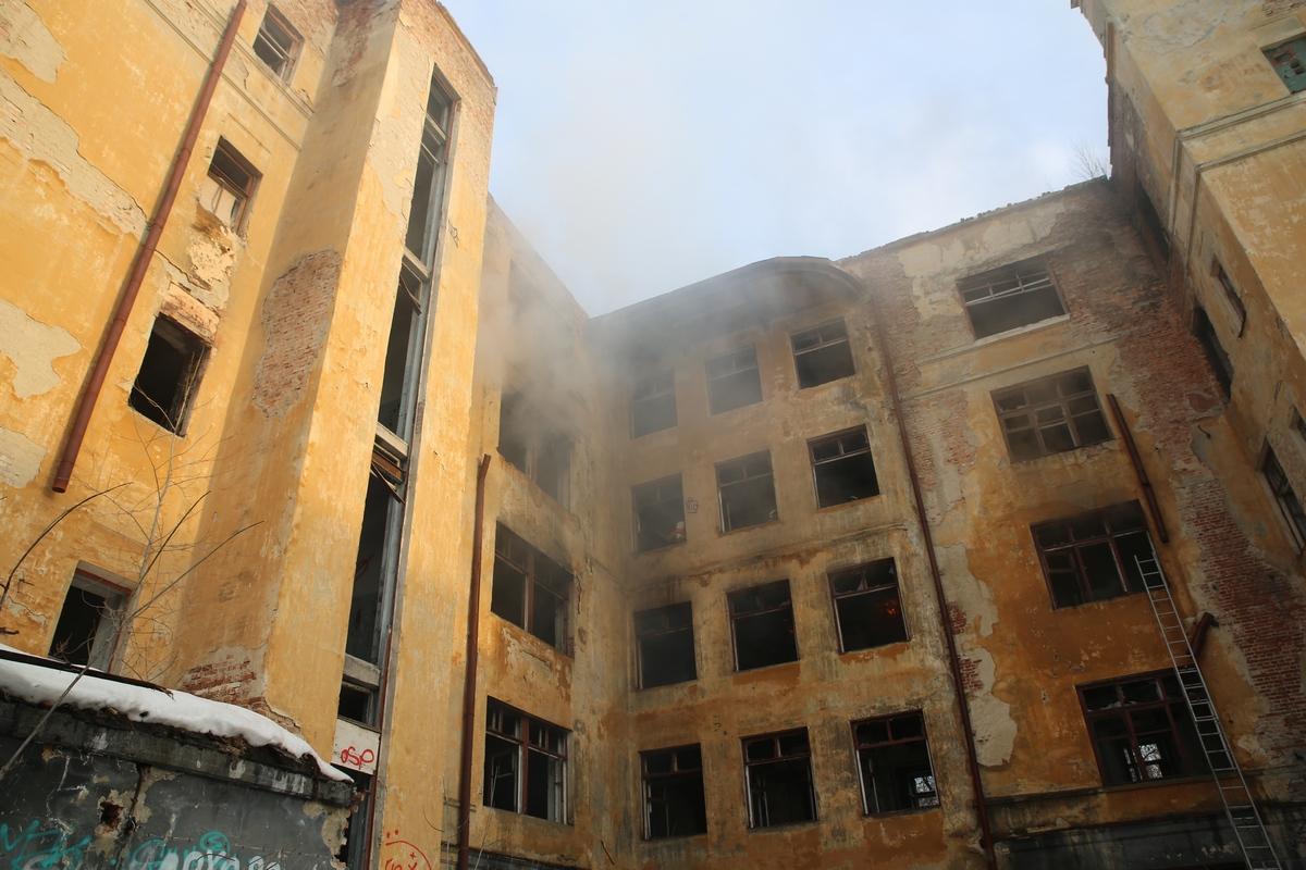Заброшенная больница в Зеленой Роще опять горит