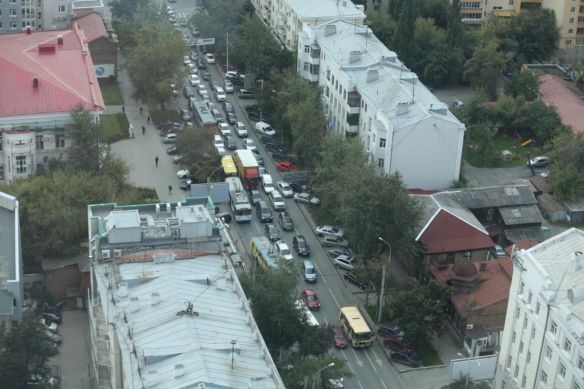 Сломавшийся автобус застопорил движение на Белинского