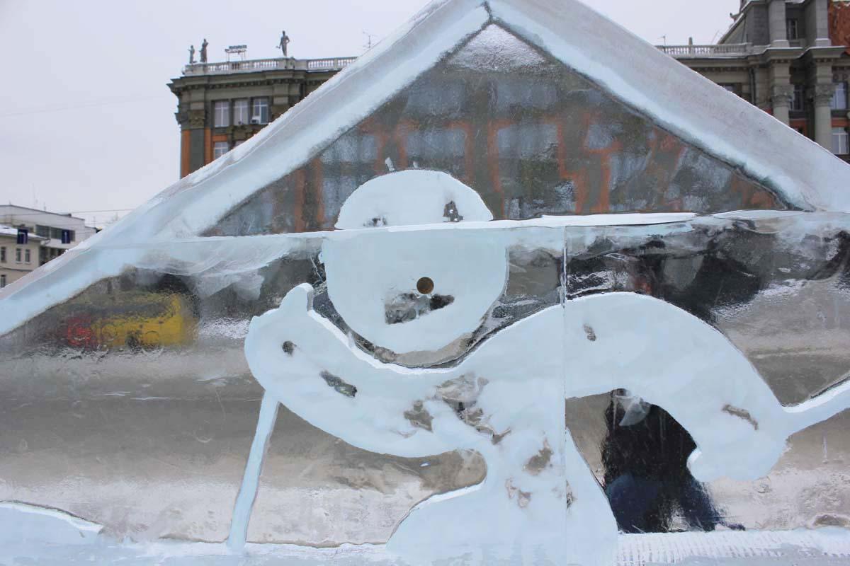 «Это все, что останется»: посетители ледового городка крадут деньги у символа Нового года