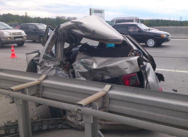 На Новокольцовском тракте грузовик врезался в припаркованную «Ладу»