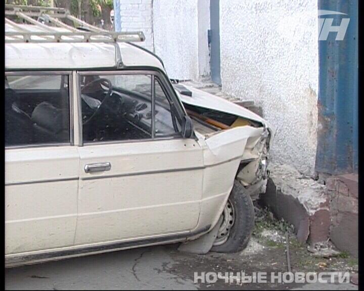 В Екатеринбурге «шестерка» въехала в автосервис через стену