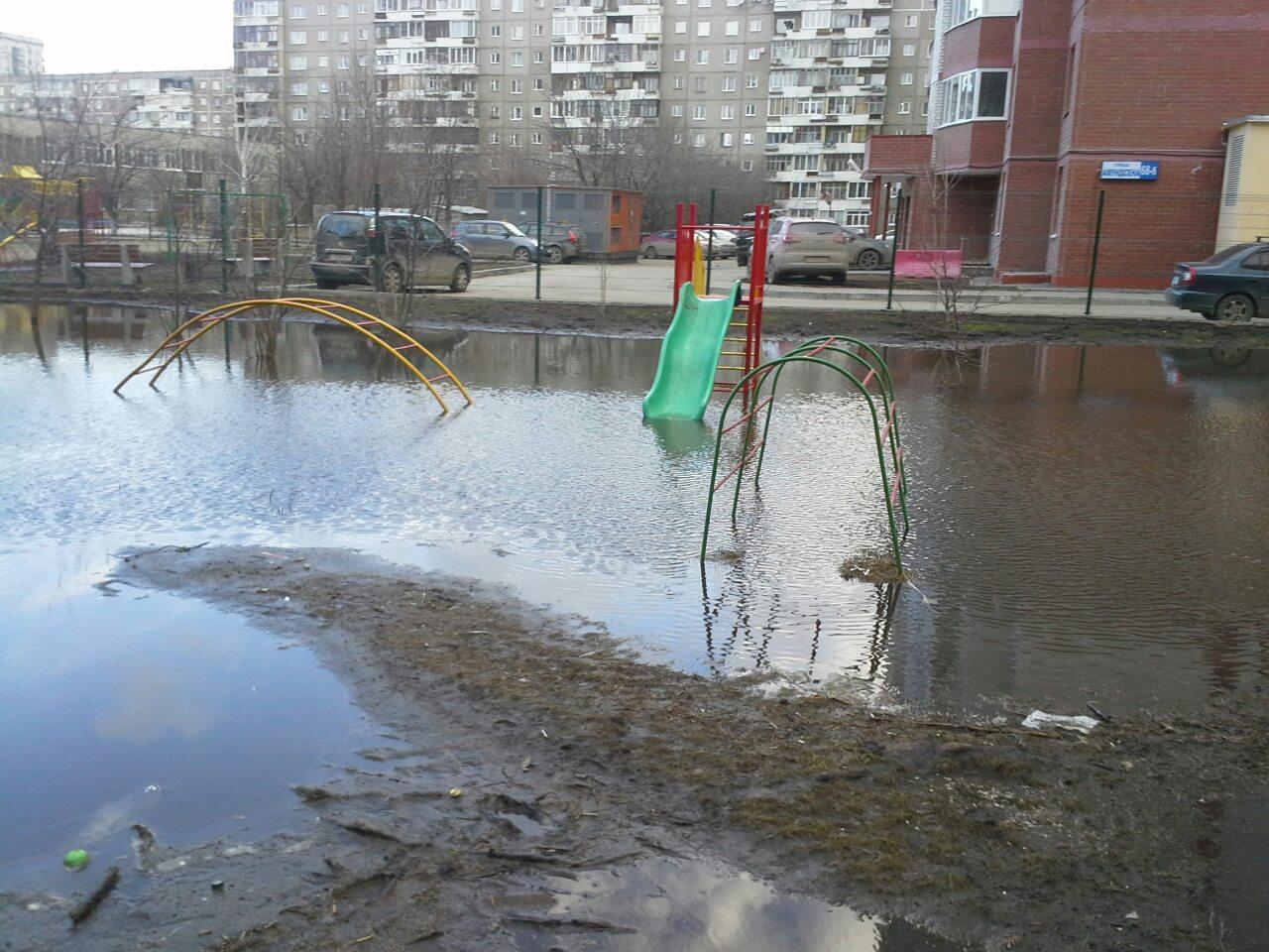 На Амундсена затопило двор скандального дома