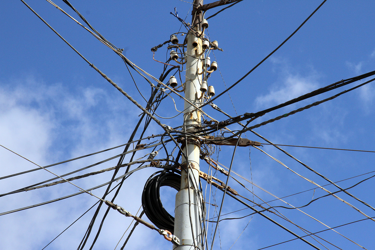 Новый виток: мэрия вновь обещает срезать оптоволокно со столбов