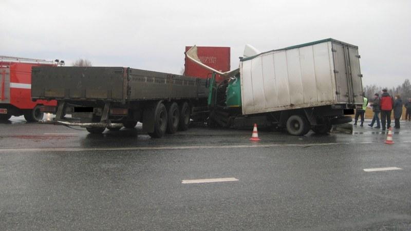 В столкновении грузовиков на Тюменском тракте погибли двое