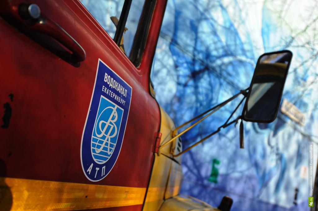 Пешеходы утопают в лужах: в центре Екатеринбурга коммунальное ЧП