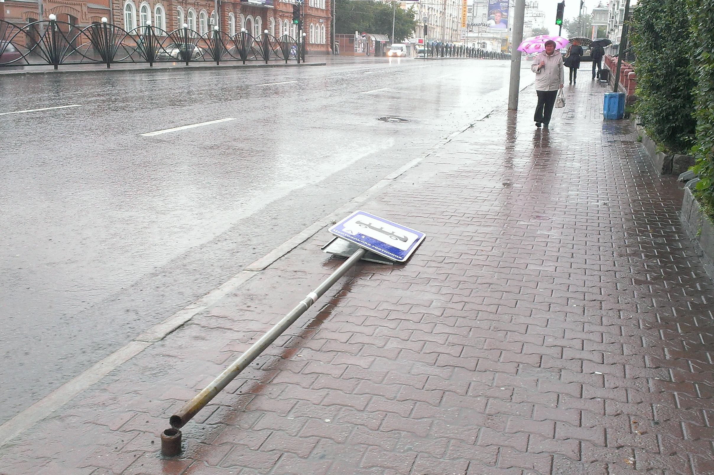 Екатеринбург штормит: ветер ломает зонты и роняет дорожные знаки