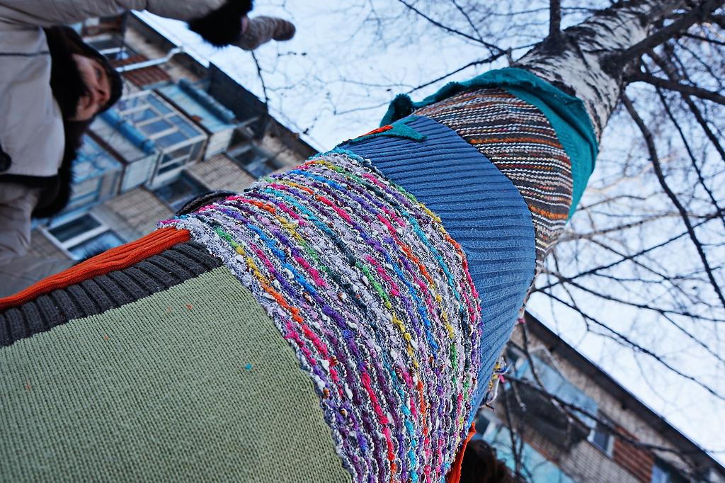 Уралмаш-стайл: березы нарядились в вязаные «платья» и «свитера»