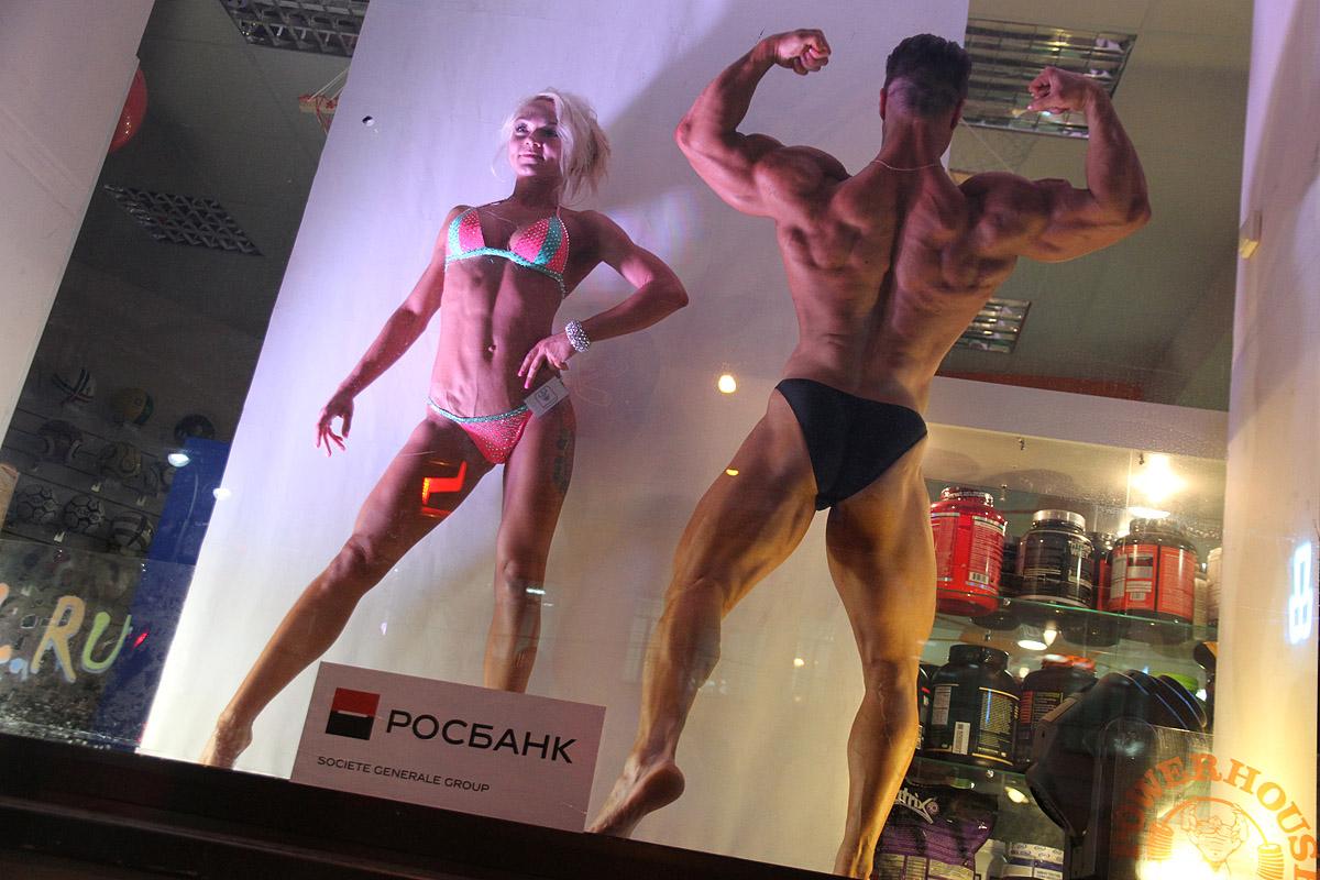 Самые титулованные бодибилдеры России стали манекенами в магазине в центре Екатеринбурга
