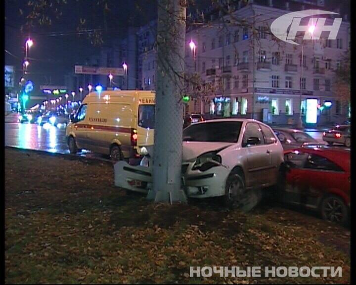 В субботу в центре Екатеринбурга иномарка врезалась в столб