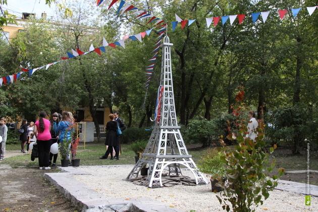 Эйфелеву башню установили во дворе на Эльмаше