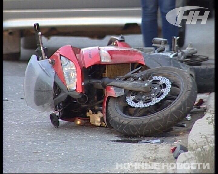 На Московской столкнулись ВАЗ и мотоцикл, летевший на красный