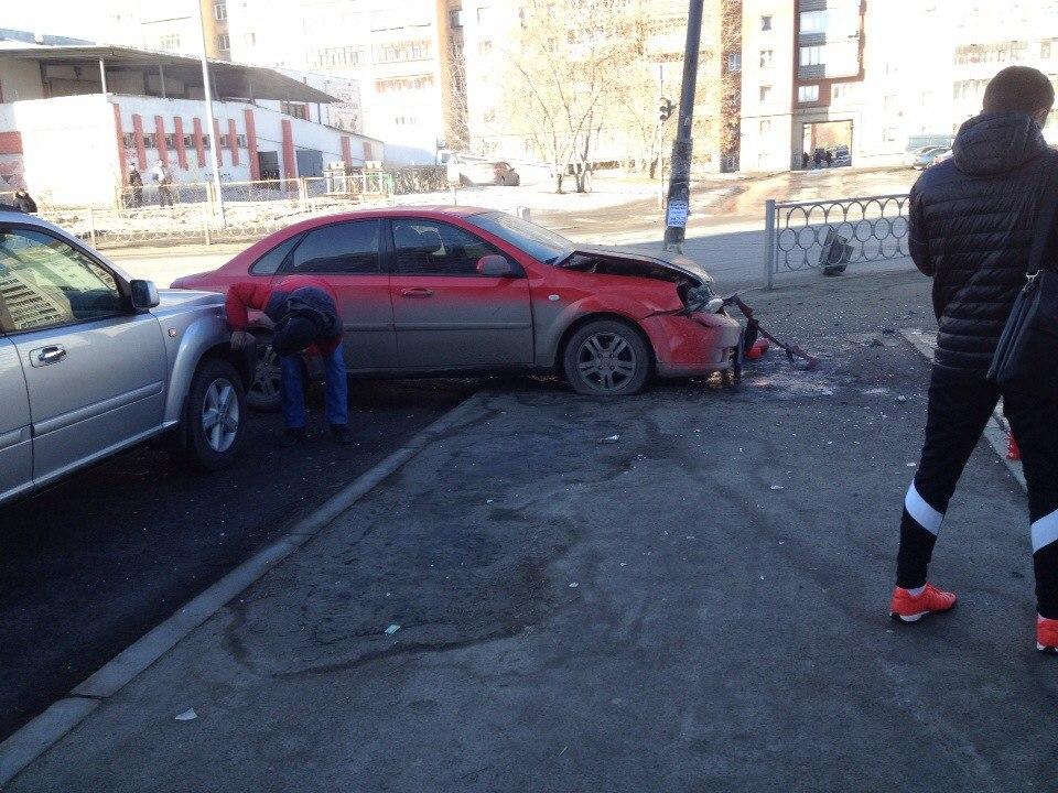 На Готвальда массовое ДТП — две машины выкинуло на тротуар