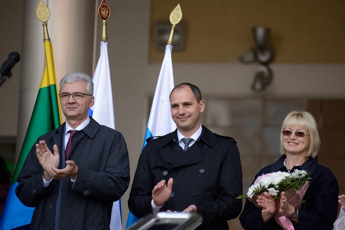 С барского плеча: Паслер пообещал повысить зарплаты учителей на 800 рублей