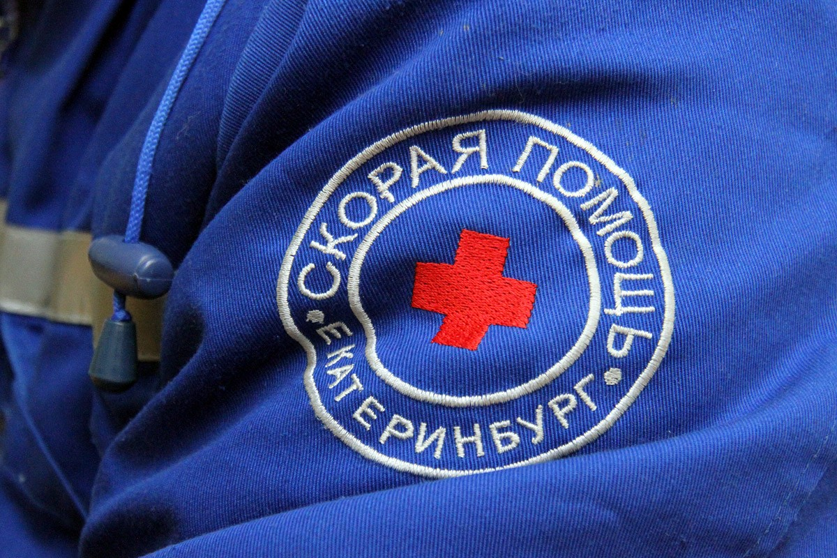 В Кольцово водитель скорой помощи врезался в шлагбаум