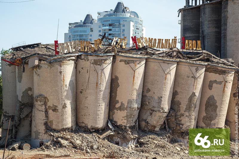УГМК передумала взрывать мукомольный завод. Здание разберет тяжелая техника