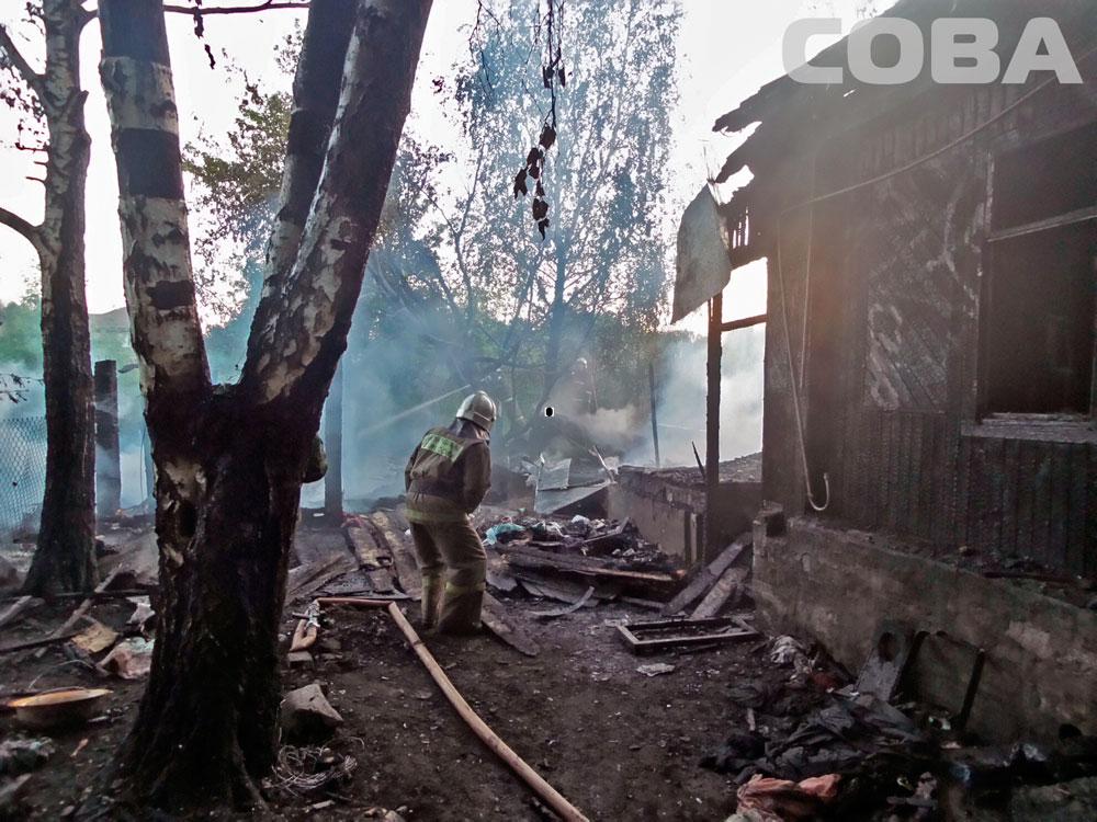 На Шарташе из-за тлеющей травы выгорели дом с сараем