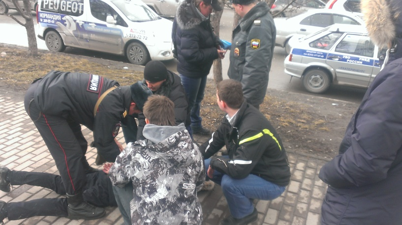 На Малышева молодой человек бросался под машины и пугал прохожих
