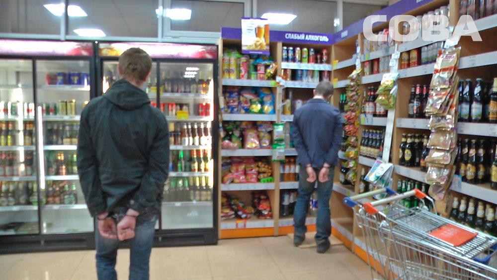 На Эльмаше хулиганы украли из магазина алкоголь и тут же его распили