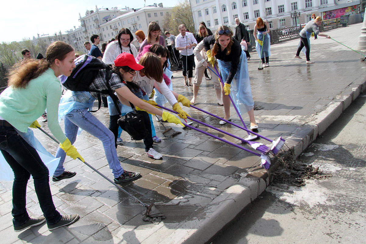 Горожане помыли тротуар и устроили на нем пикник