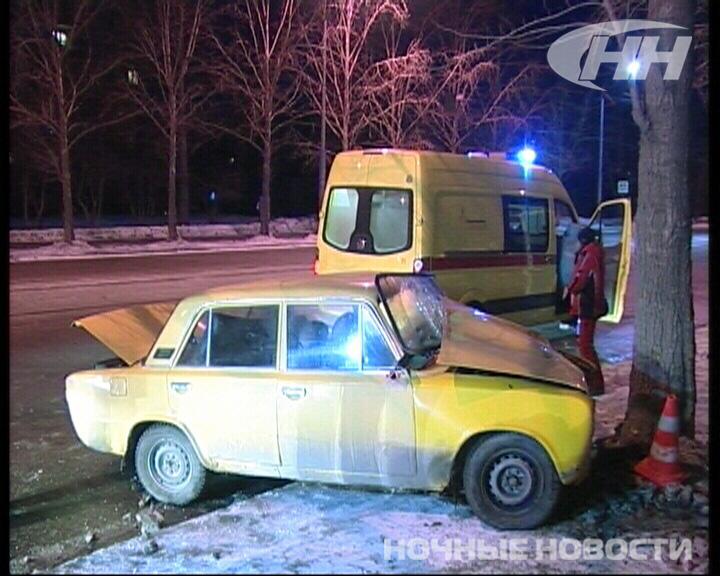 Пьяное ДТП на Викулова: ВАЗ врезался в дерево, а девушки подрались