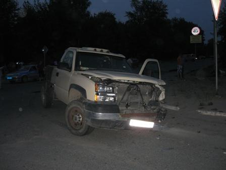 В Тавде от столкновения с мотоциклом у внедорожника оторвало колесо
