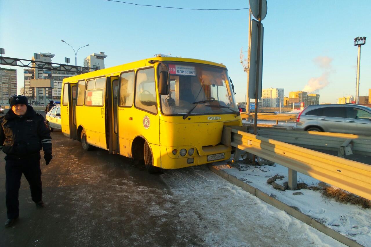 На Гурзуфской болтливый водитель вогнал маршрутку в отбойник