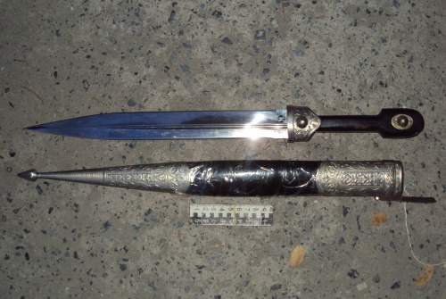 Житель Полевского напал на полицейского с кинжалом