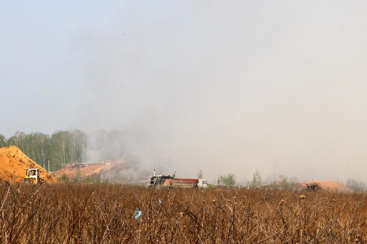 Возле Косулино третий день горит свалка строительного мусора