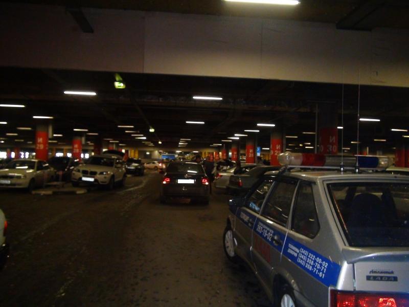 На парковке ТЦ «Мега» Volkswagen сбил восьмилетнюю девочку