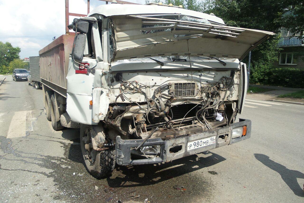 На Елизаветинском шоссе столкнулись два грузовика