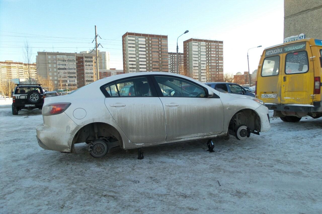 Рядом нелегальная парковка: неизвестные повредили более десятка машин на Сортировке