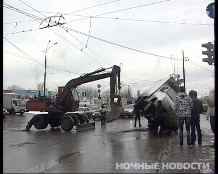 На проспекте Космонавтов экскаватор уронил «Газель»