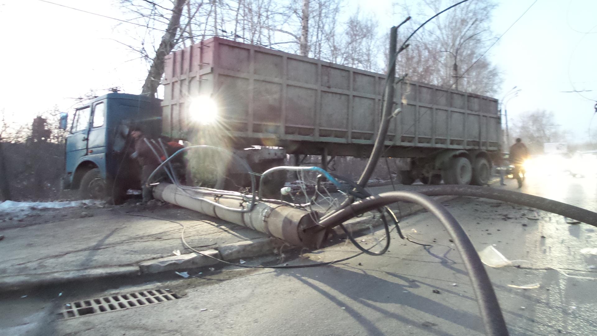 На Щербакова грузовик завалил столб на дорогу и врезался в дерево