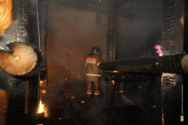 В пожаре на берегу Шарташа погиб молодой мужчина