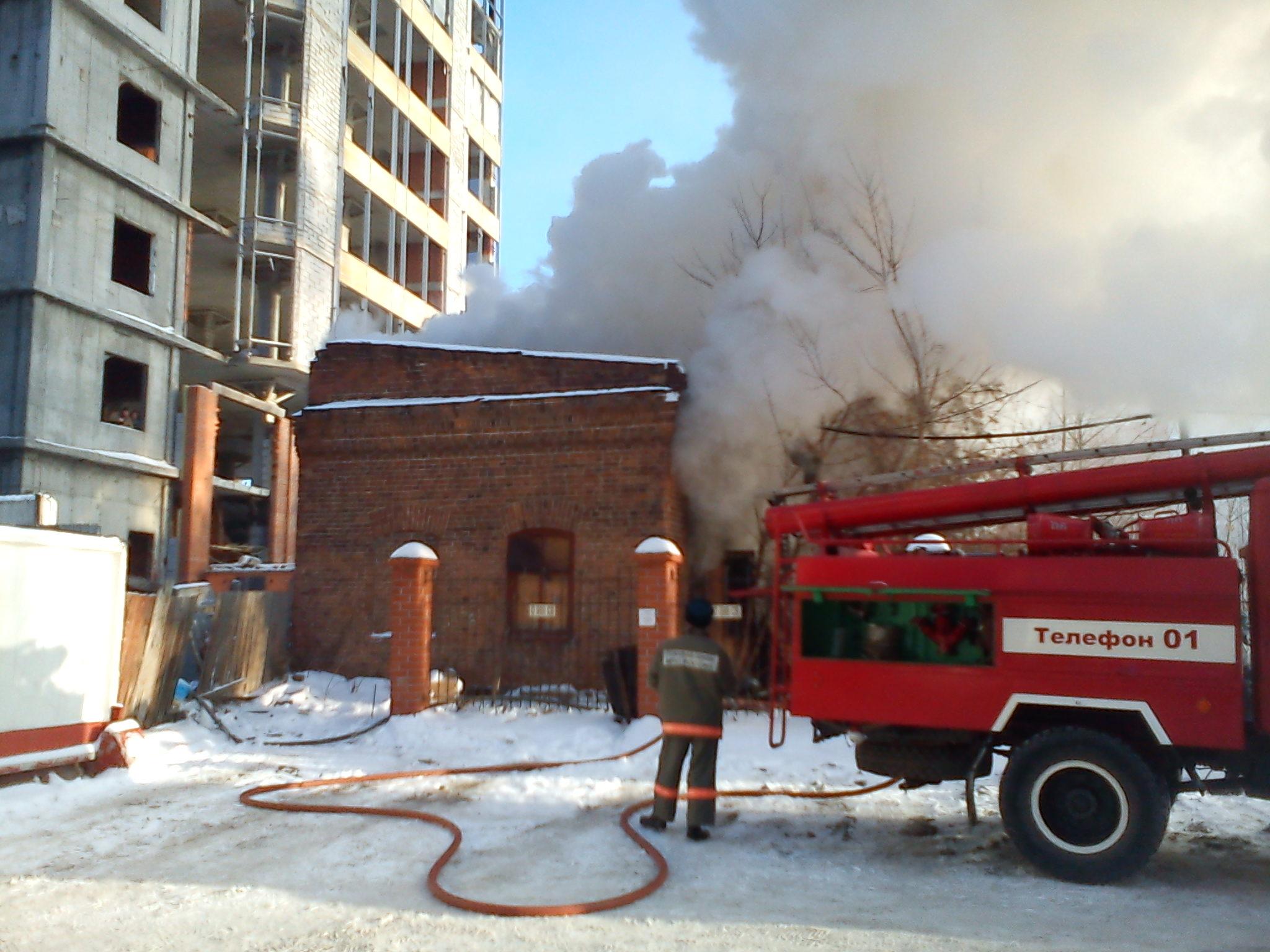 В центре Екатеринбурга горит брошенное здание