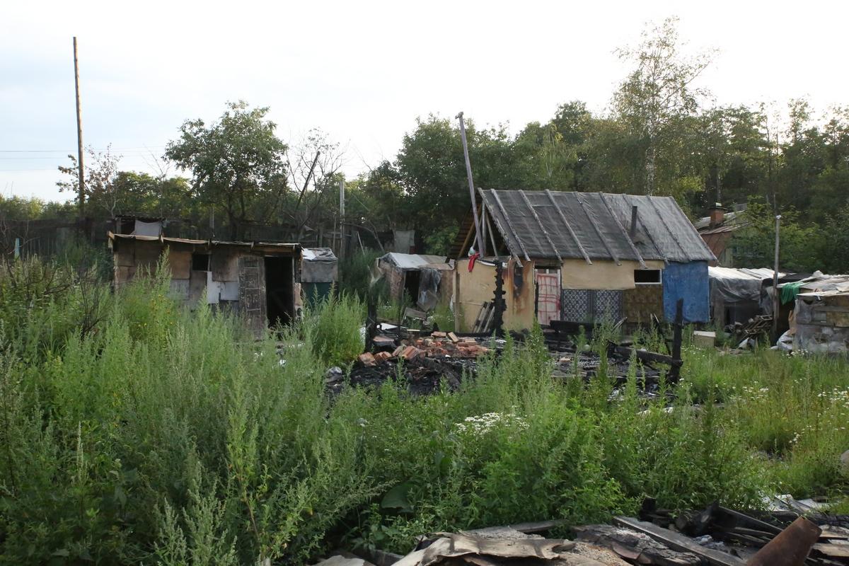 Таджикские цыгане снова строят хижины на Сортировке