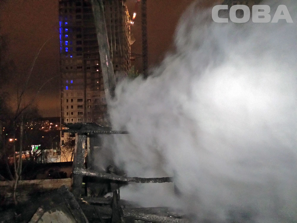 Не исключен поджог: рядом с «Каменным ручьем» вспыхнули деревянные постройки