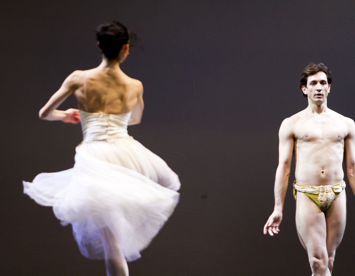 Обнаженные танцоры из Милана и гибкая балерина из США вышли на сцену Оперного