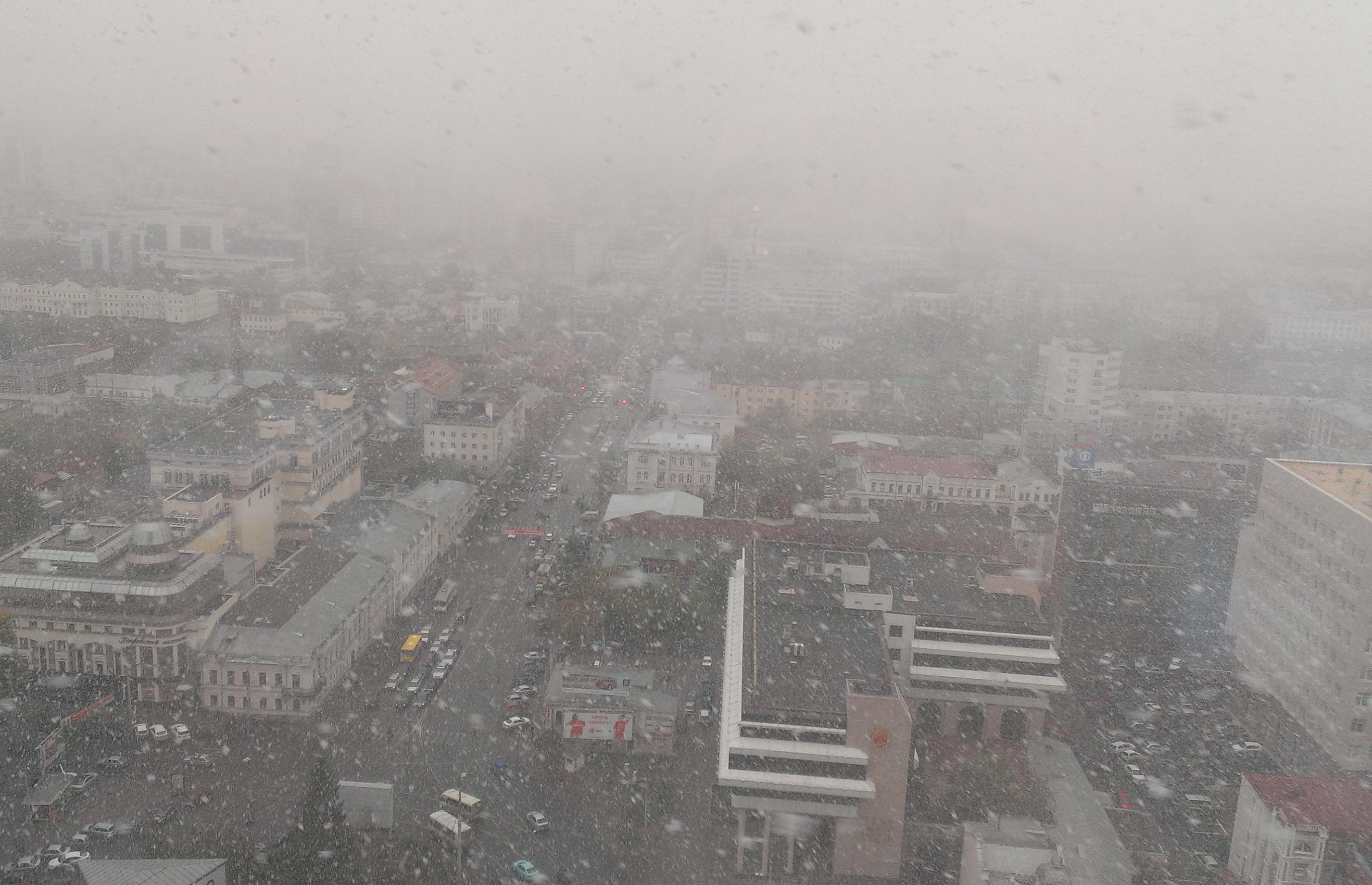 Екатеринбург накрыл первый снегопад