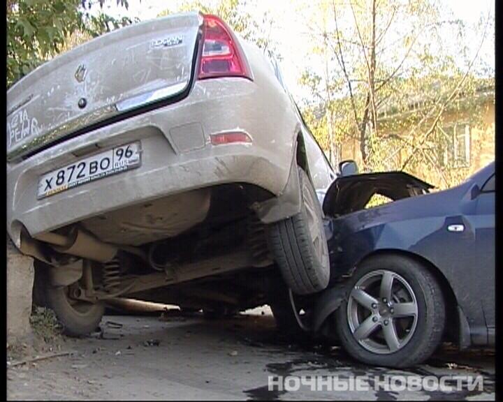 На Эльмаше столкнулись две машины, в результате погиб пешеход