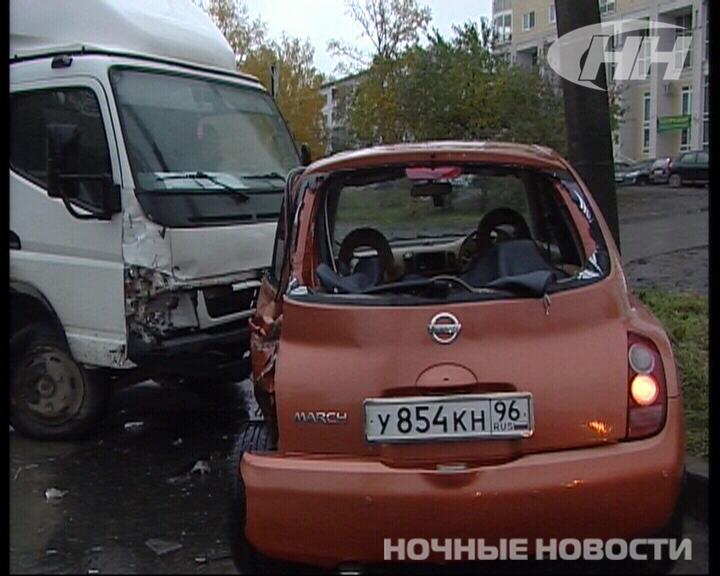На Вторчермете грузовик сбил малолитражку