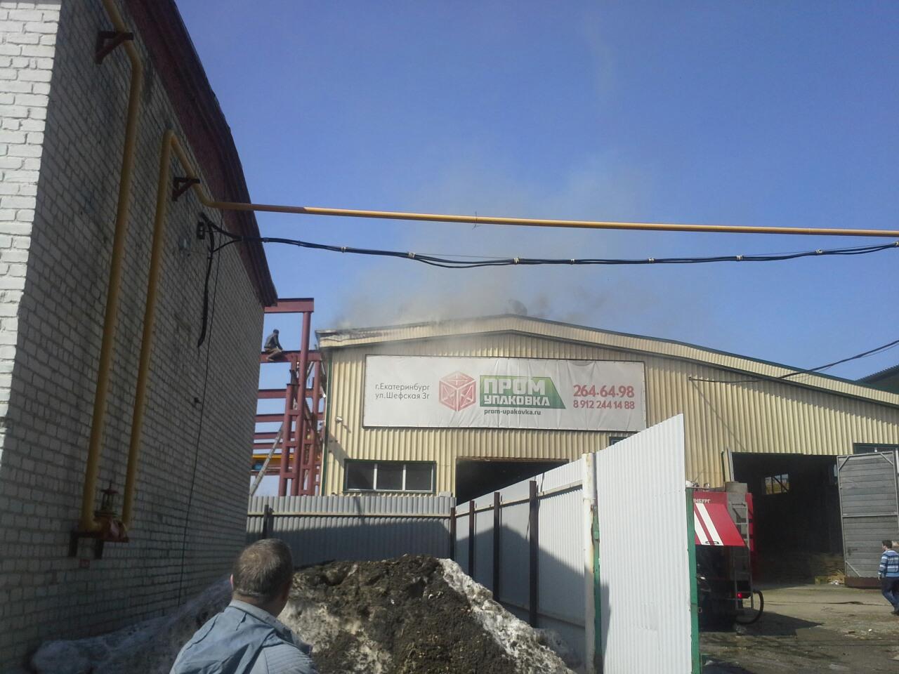 На Шефской пожарные тушат крышу склада