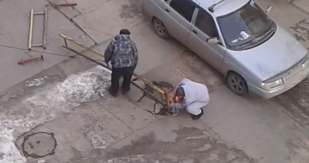 Каменская резня болгаркой: мужчина распилил забор ради парковочного места