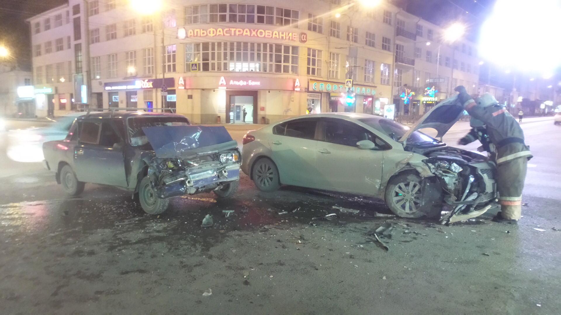 На Малышева не поделили дорогу ВАЗ и KIA: двоих человек госпитализировали