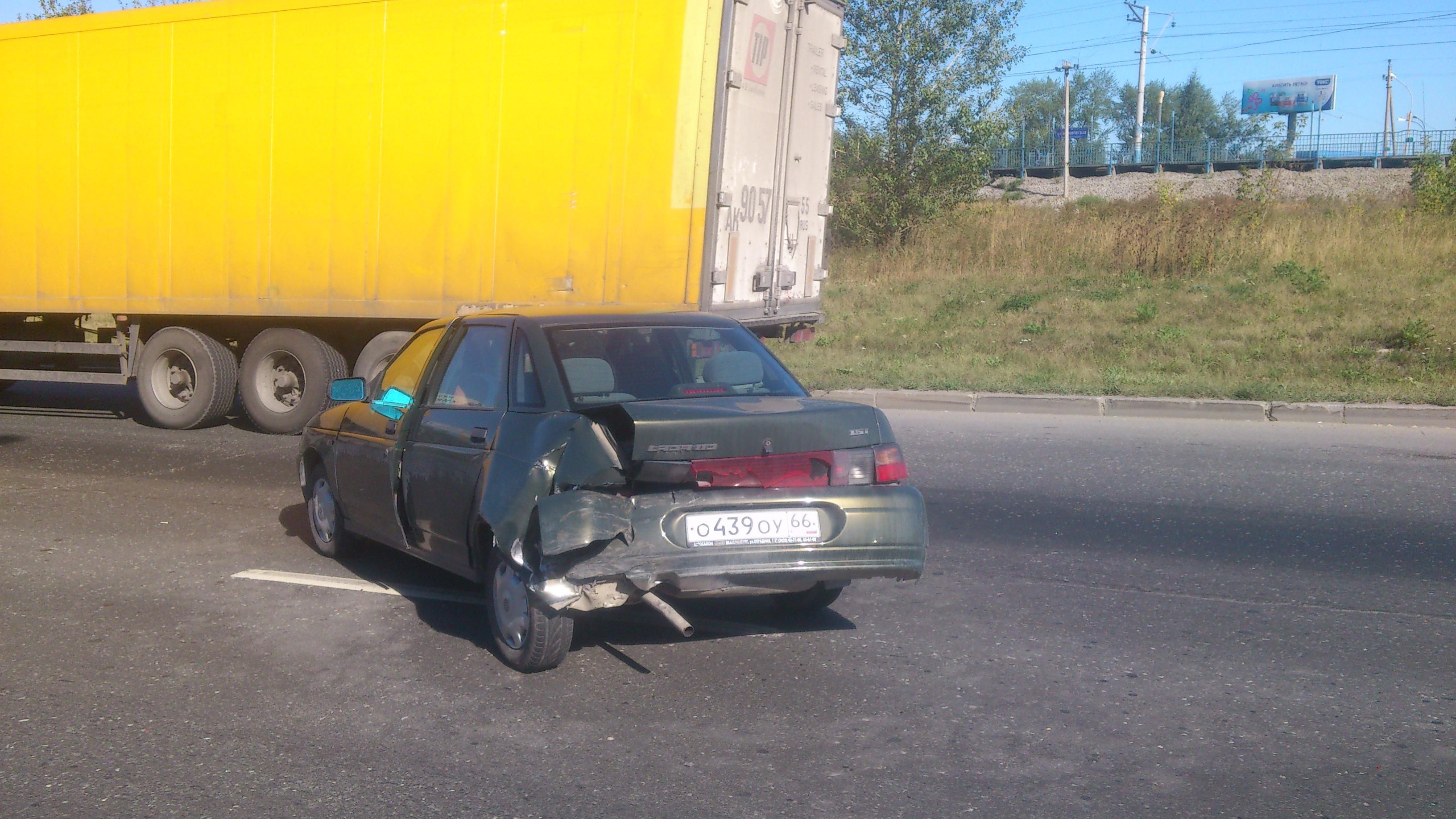 На Объездной Renault Logan затормозил и попал в «десятку»
