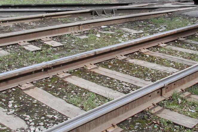 На ВИЗе пожилой мужчина попал под поезд