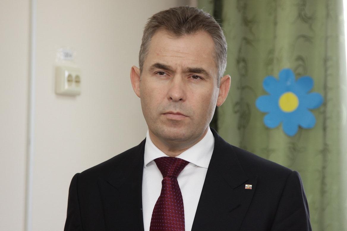 Астахов предложил отбирать детей у беспечных родителей