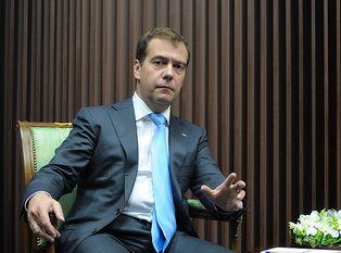 Медведев заступился за Сердюкова в прямом эфире
